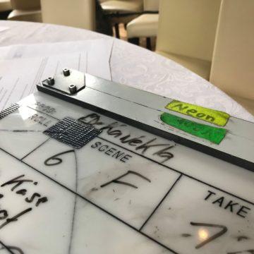 Diese Jahr gibt es einen Realfilm statt mehreren Aufführungen. Doch kann man einfach ein Theaterstück in einem Film verwandeln?Bei dieser Entwicklung und Verwirklichung hat uns der Filmemacher und Medienpädagoge Johann Schultz (Ein Johann Schultz Ding ) tatkräftig unterstützt.