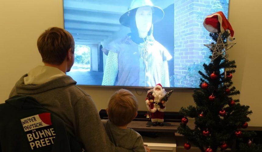 """?Nur noch wenige Tage bis Weihnachten. ? ? Habt ihr bereits unser diesjähriges Weihnachtsmärchen gesehen? Link ist in der Bio.?️Heute gibt es schöne Grüße von unserem """"Soldaten"""". Er schaut sich hier zusammen mit seinem Patenkind das Märchen an. ?️Vielen Dank auch noch einmal an die vielen schönen und netten Grüße/Kommentare unter unseren Posts und dem Video."""