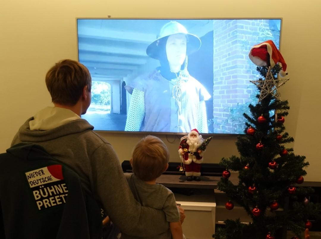 """🌲Nur noch wenige Tage bis Weihnachten. 🌲 🤩 Habt ihr bereits unser diesjähriges Weihnachtsmärchen gesehen? Link ist in der Bio.🗡️Heute gibt es schöne Grüße von unserem """"Soldaten"""". Er schaut sich hier zusammen mit seinem Patenkind das Märchen an. 🎞️Vielen Dank auch noch einmal an die vielen schönen und netten Grüße/Kommentare unter unseren Posts und dem Video."""